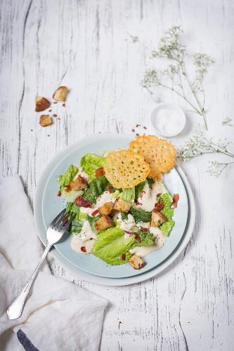 Caesar Salad mit Parma-Schinken und Parmesanhippen