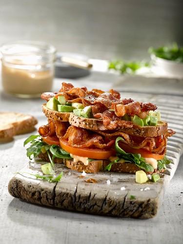 Sandwich mit Bacon, Avocado und Tomaten