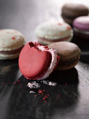 Französische Macarons, eines angebissen