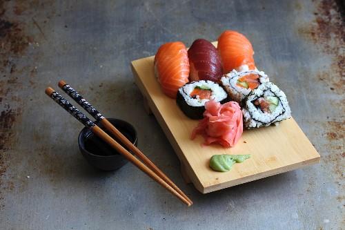 Sushibrett mit Wasabi, Ingwer und Sojasauce