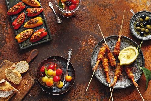 Mini-Paprika mit Hähnchen-Dattel-Füllung, Gewürztomaten in Essig-Karamell-Sud und Garnelen-Pinchos im Kartoffelmantel mit Zitronen-Aioli
