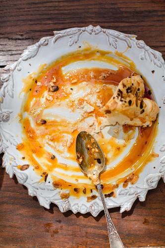 Karamellsauce und Kuchenrest auf Teller