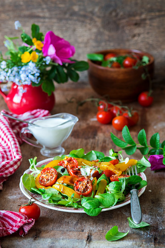 Salat mit gebratenen Kirschtomaten und Paprika