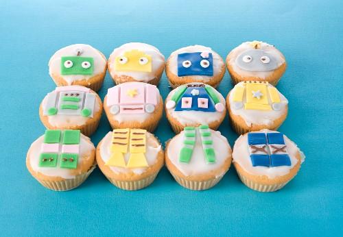 Muffins mit Comic-Verzierung für Kinderparty