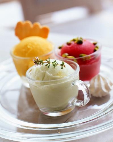 Verschiedene Eissorten in Glastassen
