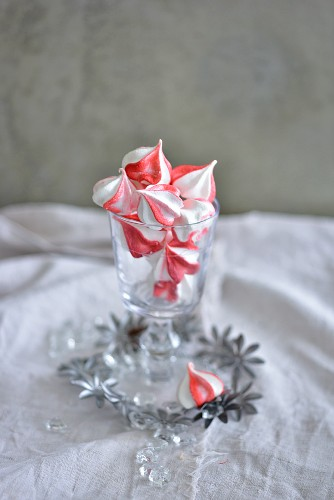 Santa Claus Kisses (red and white meringue drops for Christmas)