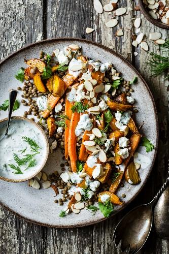Salat mit Karotten, Linsen, Rüben und Feta dazu Kräuter-Joghurtdip (Aufsicht)