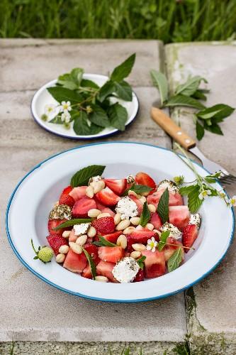 Salat mit Wassermelone, Erdbeeren, Minze und Zaatar-Labneh