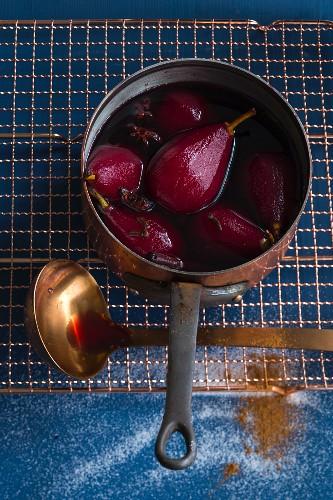 Rotweinbirnen mit Gewürzen