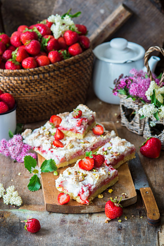 Bars with strawberries, coconut meringue and pistachios