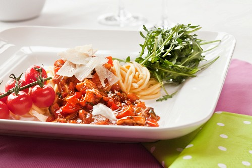 Spaghetti bolognese with rocket and parmesan (vegetarian)