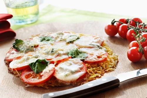 Pizza-Rösti mit Tomaten, Mozzarella und Basilikum