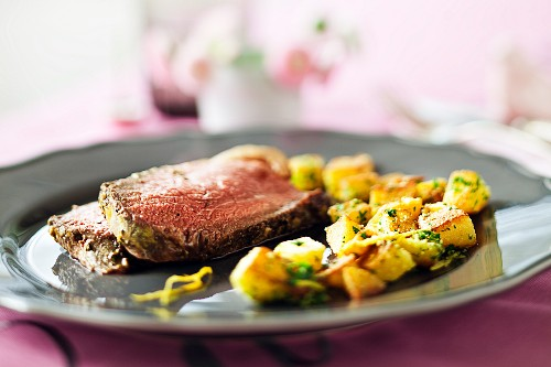 Roast beef with breadcrumb potatoes