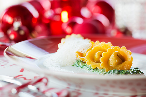 Parmesan tortellini with spinach sauce (Christmas)
