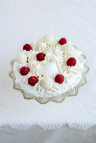 A pavlova with coconut pralines and raspberries for Christmas (first layer)