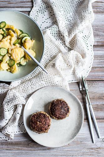 Frikadellen mit Kartoffel-Gurken-Salat