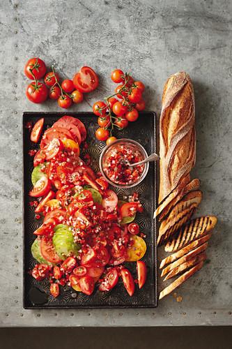 Tomatensalat mit Paprika und Chilis, dazu Baguette