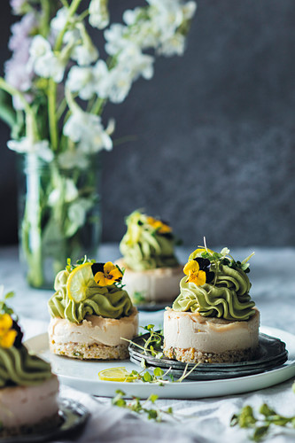 Gluten-free tartlets with cashew cream and matcha topping