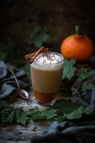 Veganer Kürbis-Mandel-Latte mit Zimt