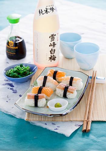 Nigiri-Sushi mit Räucherlachs, Aal und Garnelen