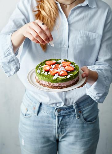 Cheesecake with wheatgrass and strawberries