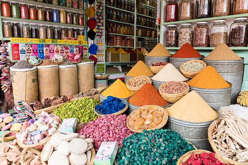 Gewürze und Potpourri auf Gewürzmarkt (Souks, Rahba Kedima Square), Marrakesch, Marokko