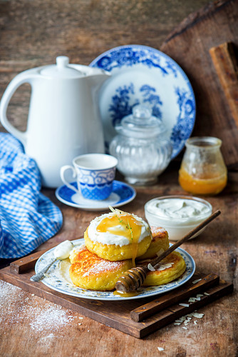 Quark fritters with honey