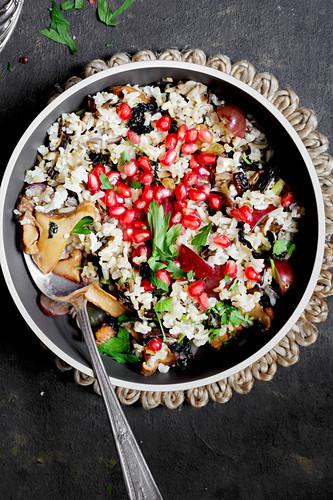Reis mit Pilzen und Granatapfelkernen als Beilage