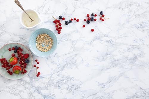 Gesunde Zutaten für Müsli: Beeren, Haferflocken und Joghurt
