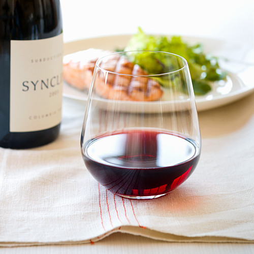 Glas Rotwein und gegrillter Lachs