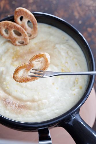 Semolina fondue with mini pretzels