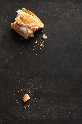 Abgebrochenes Stück Baguette