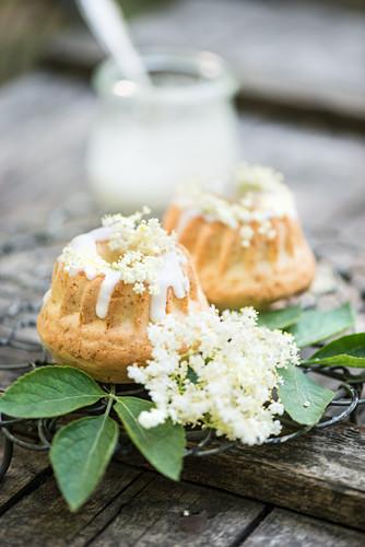 Mini Gugelhupf mit Holunderblüten und Zuckerguss