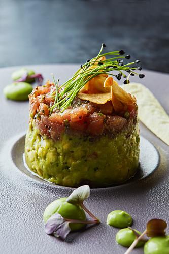 Thunfischtatar mit Avocadopüree und geröstetem Knoblauch