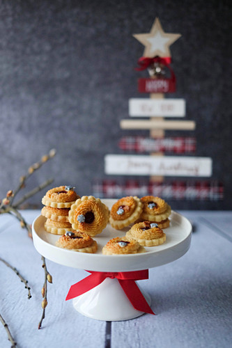 A marzipan wreath with jam (Christmas)