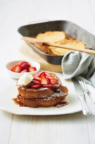 Karamellisierter Chai French Toast mit Erdbeeren und Sahne