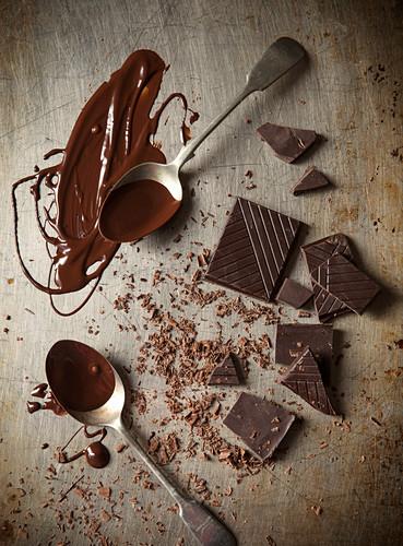 Dunkle Schokolade in Stücken, Raspeln und flüssig