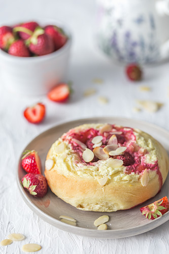 Strawberry and cheese bun with almond flakes