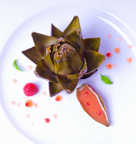 An artichoke with raspberry vinaigrette (seen from above)