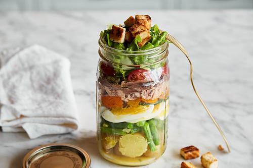 Salat Nicoise im Glas zum Mitnehmen