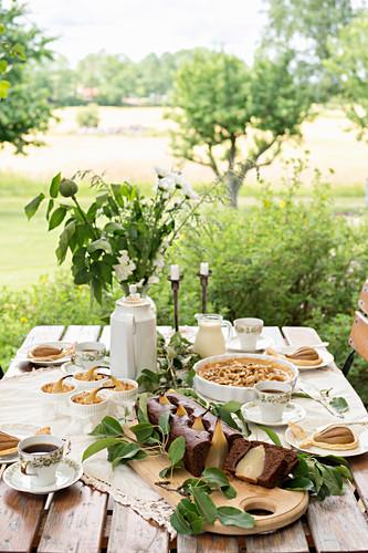 Gedeckter Tisch mit verschiedenen Birnenkuchen und -desserts