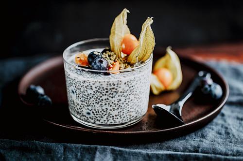Chiapudding mit Mandeldrink und Obst