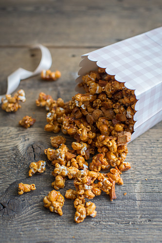Caramel popcorn with dried apple pieces