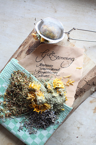 Mix-it-yourself medicinal tea for a good mood (rosemary, St John's Wort, marigold and lavender)
