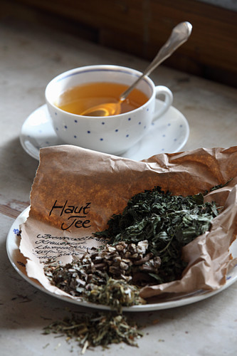 Mix-it-yourself medicinal tea for the skin (stinging nettle, curly mint, dandelion roots, pansies and strawberry leaves)