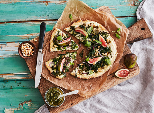 Cauliflower pizza with pesto and figs