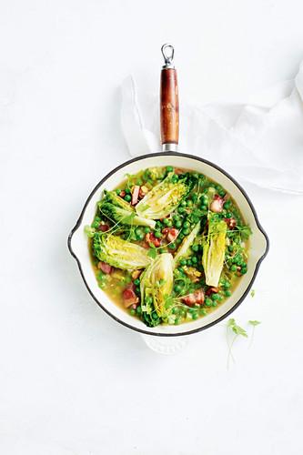 Geschmorter Romanasalat mit Erbsen und Speck