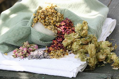 Schlafkissen aus Hopfen, getrockneten Rosen und Kräutern