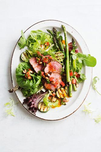 Roastbeefsalat mit Blattsalat und Grillgemüse