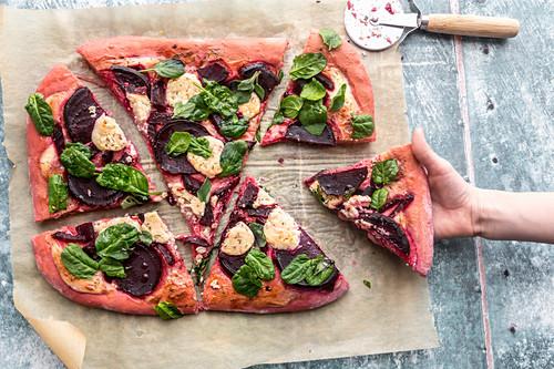 Selbstgemachte Rote-Bete-Pizza mit Spinat, Ziegenkäse, Schmand, Honig und Thymian